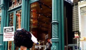 PETA compra acciones de Prada para acabar con los artículos hechos con piel de avestruz