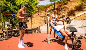 Grindr lanza una línea de ropa deportiva para ayudar a los deportistas LGBTQ
