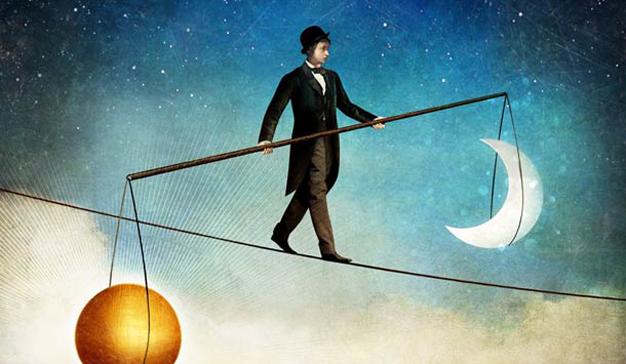 hombre-equilibrio-soga-luna-sol