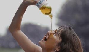 Esta ONG parodia y despelleja (sin piedad) el mítico spot de Cindy Crawford para Pepsi