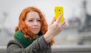 En el teléfono móvil la gente ya no abre el pico, simplemente fotografía