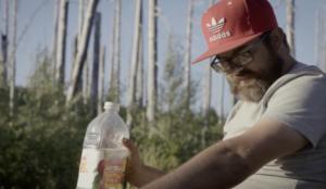 Un creativo pasa 5 días en la naturaleza sobreviviendo solo con productos de sus clientes