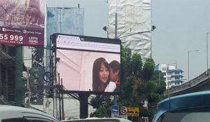Una película porno se cuela (casualmente) en una valla publicitaria en el centro de Yakarta