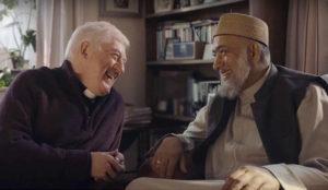 Un imán y un sacerdote, protagonistas de la campaña navideña de Amazon