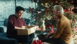 Benicio del Toro enseña cómo reaccionar a esos horribles regalos en este spot de Heineken