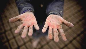 Esta campaña mete a niños en cajas para concienciar sobre la explotación laboral infantil