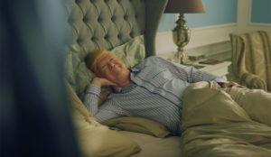 Donald Trump le roba la cama y el inodoro a Barack Obama en este delirante spot