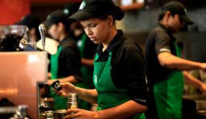 Starbucks contratará a 10.000 refugiados en los próximos años como respuesta a Trump