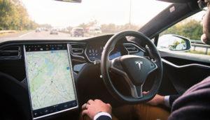 Tesla ficha a un exdirectivo de Apple para impulsar el AutoPilot