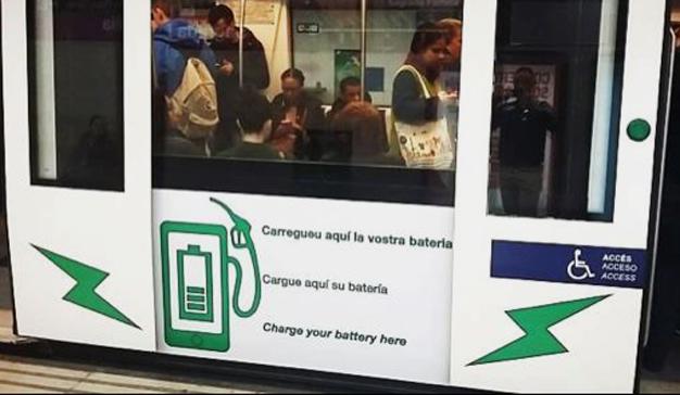 Cargar el móvil gratuitamente en el metro de Barcelona ya es posible