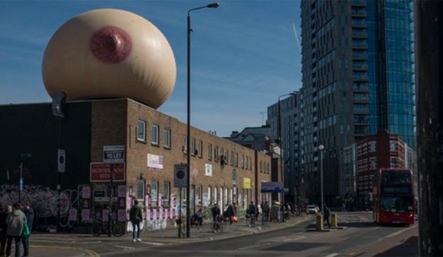 ¿Qué hace una teta gigante en esta azotea londinense? La agencia Mother tiene la respuesta