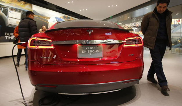 cad1cb76eab7 Tesla instala grandes cargadores eléctricos en los aparcamientos del ...