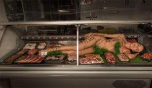Una carnicería mete a una mujer desnuda en la vitrina para vender
