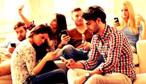 Ésta es la razón (científica) por la que los millennials miran su móvil 150 veces al día