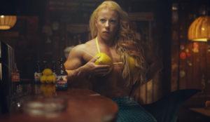 Una sirena con los pechos como cántaros (de limón) protagoniza este loquísimo spot de cerveza