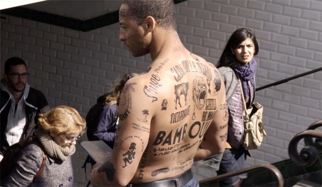 En esta poderosa campaña contra el racismo las vallas publicitarias son de carne y hueso