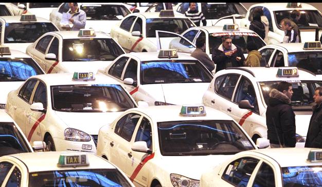 """El sector del taxi contra Uber y Cabify: """"competencia desleal"""", protestas y huelga masiva"""