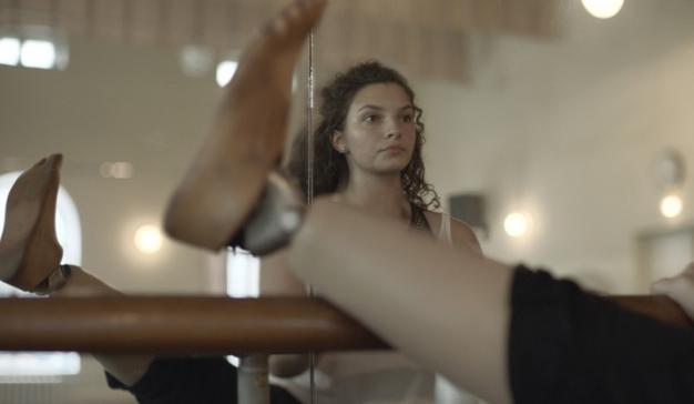 AXA mejora el servicio al cliente y lo refleja en esta campaña con una bailarina con prótesis