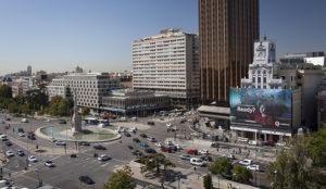 Vodafone España despliega dos lonas publicitarias que eliminan la contaminación