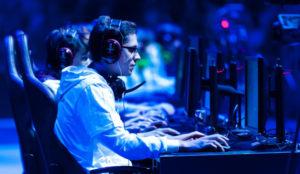 Hombre, 24 años y adicto a internet: así es el perfil del usuario de los exitosos eSports