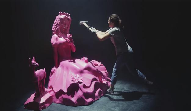 Este spot lucha a martillazo limpio contra los clichés de género