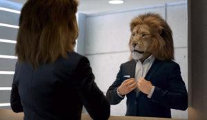 Un malhumorado león amansa su indomable carácter a los mandos de un Mercedes-Benz Clase S
