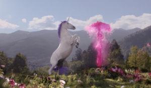 Después de ver este spot deseará convertirse en un unicornio de reluciente cabellera morada