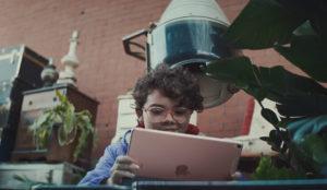 La niña de este spot de Apple no sabe lo que son los ordenadores (y está feliz de la vida)
