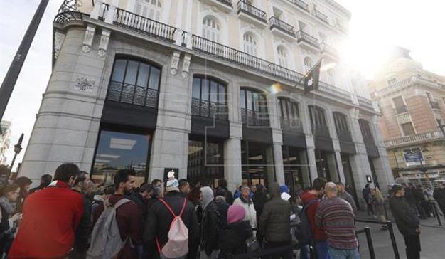 Casi 400 personas trasnochan frente a las tiendas de apple for Puerta del sol 2017