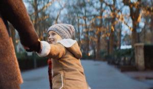 En este spot de Efteling, una niña da una gran sorpresa navideña a sus padres