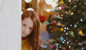 Una niña preocupada por sus regalos, protagonista del spot navideño de Barceló Hotel Group