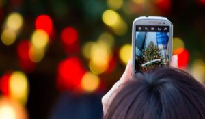 El 63% de los españoles admite utilizar más el smartphone en Navidad