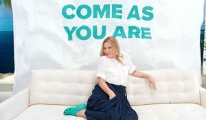 Drew Barrymore protagoniza un divertido musical en esta campaña de Crocs