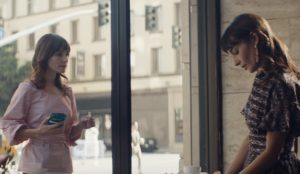 En este spot de Macy's las mujeres persiguen con frenesí a sus estilosas dobles