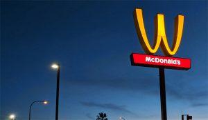 El icónico logo de McDonald's hace una voltereta (feminista) en esta campaña