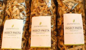 Este supermercado quiere que sus clientes se den atracones de (nutritiva) pasta de gusanos