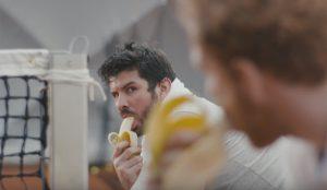 ¿Le sonroja comer plátanos? Este lascivo y divertido spot le pondrá la cara colorada