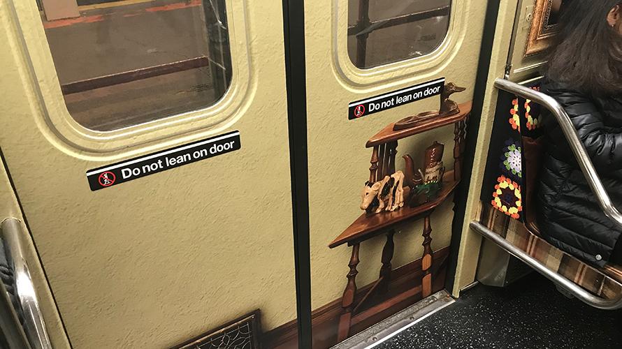 """Esta campaña """"tapiza"""" el metro de Nueva York como el mítico sofá de la serie """"Roseanne"""""""