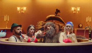 Caperucita y el lobo feroz protagonizan una orgía a cuatro bandas en esta pícara campaña