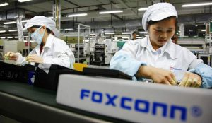 Denuncian las malas condiciones de trabajo de los empleados chinos en Foxconn, proveedor de Amazon