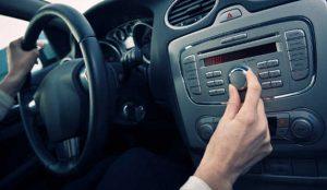 Los españoles prefieren escuchar la radio en el coche