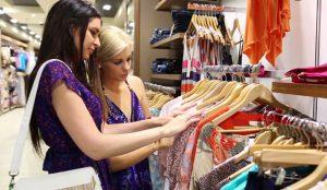 Un tercio de los españoles se prueba ropa en las tiendas, pero la compra online en rebajas