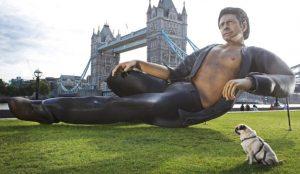 Una enorme estatua de Jeff Goldblum celebra en Londres el cuarto de siglo de Jurassic Park