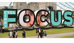 Ford lleva a Marbella una instalación de letras gigantes que interactúa con la gente