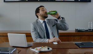 En este cómico spot de Heineken ponerse hasta arriba de cerveza en el trabajo está bien visto