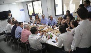 Los políticos vuelven a confiar en Telepizza: la informal comida de trabajo de Sáenz de Santamaría
