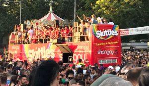 Los caramelos Skittles endulzan el Desfile del Orgullo de Madrid