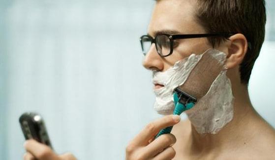 Los asistentes de voz le permitirán hacer compras online mientras se afeita
