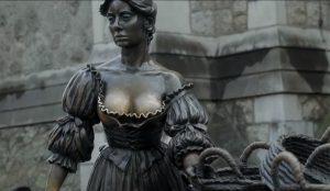 Los pechos de Molly Malone conciencian sobre la exploración mamaria en esta campaña