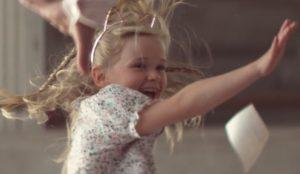 Una videollamada provoca un auténtico festival de saltos en este jovial anuncio